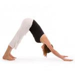 Une photo d'une posture de yoga: le chien tête en bas