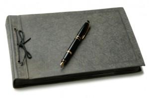 Een handgemaakt gastenboek met een mooie pen er bovenop